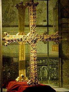 227px-Oviedo_-_Catedral,_Camara_Santa_02