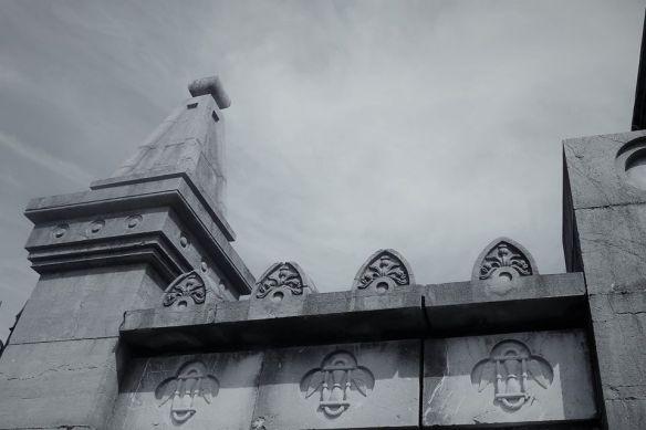 Relojes-de-arena-entrada-al-cementerio-de-La-Carriona-Avilés